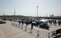 Le grand nombre des spectateurs est venu pour observer l'audio et la voiture t de voiture Photos libres de droits