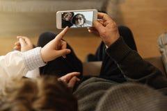 Le grand-père et le petit-fils prennent le selfie photographie stock libre de droits