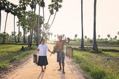 Le grand-père s'occupant de sa petite-fille marchant de retour autoguident après travail Photographie stock