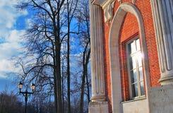 Le grand palais en parc de Tsaritsyno à Moscou Vue d'angle faible Images stock