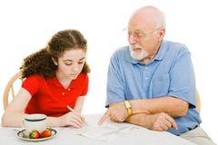Le grand-papa aide de l'adolescence Image stock