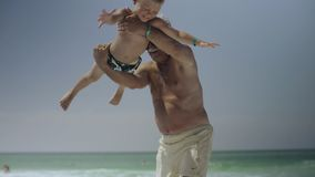 Le grand-papa et son petit-fils ont l'amusement sur la plage 4k banque de vidéos