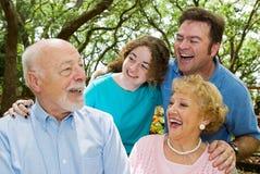 Le grand-papa raconte une plaisanterie Image libre de droits