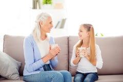 Le grand-parent a adopté l'escroquerie internationale de jour du ` s de femmes de confort d'enfant Photo stock
