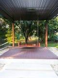 Le grand pavillon en bois d'oscillation et de relaxation dans Suanluang garent Bangkok Image libre de droits