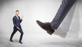 Le grand pied pi?tinent l'homme adapt? de karat? image libre de droits