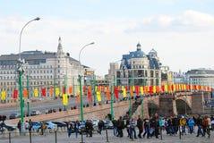 Le grand pont de Moskvoretsky décoré par des drapeaux. Image libre de droits