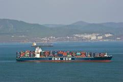 Le grand tarpon de la CGM de CMA de navire porte-conteneurs a chargé à l'ancre dans les routes Compartiment de Nakhodka Mer est ( Image libre de droits