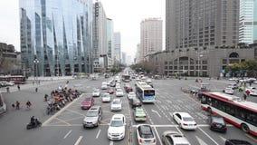 Le grand trafic de crossoad au centre de la ville de Chengdu, Chine banque de vidéos