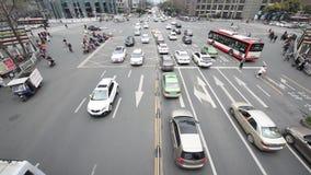 Le grand trafic de crossoad au centre de la ville de Chengdu, Chine clips vidéos