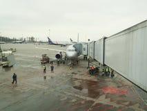 Le grand trafic des avions de ligne de passagers et les voitures de service montent à l'air Image stock