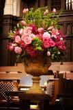 Le grand vase du mariage fleurit dans une église Images libres de droits
