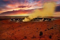 Le grand volcan d'île dans le coucher du soleil, Hawaï