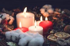 Le grandi candele rosse e bianche della cera di combustione in un natale si avvolgono Fotografia Stock Libera da Diritti