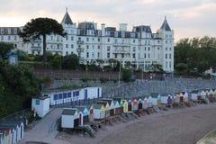 Le grandi capanne della spiaggia e dell'hotel nei colori differenti nella città Torquay Fotografia Stock Libera da Diritti
