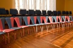 Le sedie stanno in una fila. Fotografia Stock Libera da Diritti