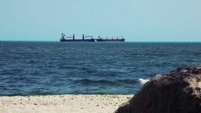 Le grandi navi da carico all'orizzonte allineano in oceano aperto video d archivio