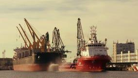 Le grandi navi su un pilastro di carico port archivi video