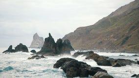 Le grandi onde stanno schiantando sulle rocce e sulla spruzzatura Movimento lento archivi video