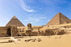 Le grandi piramidi del complesso di Giza: la Sfinge, la piramide di Chephren, il tempio e la piramide di Cheops, Egitto fotografia stock