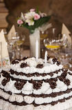 Le grands chocolat et mousse d'anniversaire durcissent sur la table Photo libre de droits