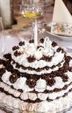 Le grands chocolat et mousse d'anniversaire durcissent sur la table de vacances Image stock