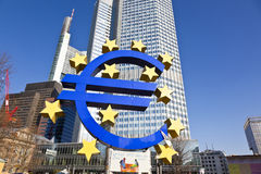 Le grands euro signe et bannière nous ont laissés Photographie stock