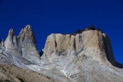 Le granit énorme fait une pointe à côté de l'itinéraire de la promenade de W en parc national de Torres del Paine Photographie stock libre de droits