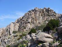 Le granit bascule avec la végétation méditerranéenne, Testa de capo, Santa Teresa Gallura, Italie images libres de droits