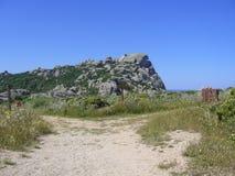 Le granit bascule avec la végétation méditerranéenne, vallée du ` s de lune, Testa de capo, Santa Teresa Gallura, Italie photos stock