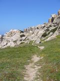 Le granit bascule avec la végétation méditerranéenne, vallée du ` s de lune, Testa de capo, Santa Teresa Gallura, Italie images libres de droits