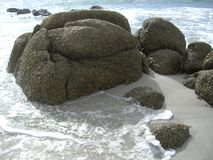 Le granit bascule et ondule sur une plage sablonneuse blanche Photo libre de droits