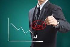 Le graphique du bénéfice rivalisent avec le coût Images stock