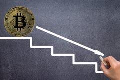 Le graphique montre que la chute et les bénéfices diminuent le cryptocurrency photographie stock libre de droits