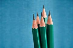 Le graphite identique de l'avance cinq crayonne avec le fort affilage, bleu photo stock