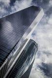 Le gratte-ciel avec la façade en verre et les nuages se sont reflétés dans les fenêtres Photographie stock libre de droits