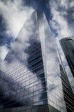 Le gratte-ciel avec la façade en verre et les nuages se sont reflétés dans les fenêtres Photos stock