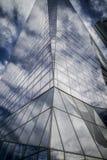 Le gratte-ciel avec la façade en verre et les nuages se sont reflétés dans les fenêtres Images stock