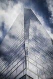 Le gratte-ciel avec la façade en verre et les nuages se sont reflétés dans les fenêtres Photo libre de droits
