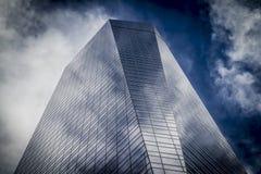 Le gratte-ciel avec la façade en verre et les nuages se sont reflétés dans les fenêtres Photos libres de droits