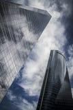 Le gratte-ciel avec la façade en verre et les nuages se sont reflétés dans les fenêtres Photographie stock