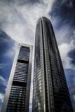 Le gratte-ciel avec la façade en verre et les nuages se sont reflétés dans les fenêtres Photo stock