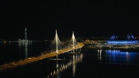 Le gratte-ciel de ville, le trafic de voiture de nuit sur le câble est resté le pont et folâtre le stade clips vidéos