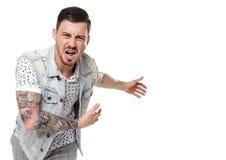 Le grida dell'uomo Tipo aggressivo nei tatuaggi che urla alla struttura fotografia stock