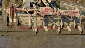 Le grimotor de plan rapproché laboure le gisement de riz dans la campagne Tracteur labourant la plantation clips vidéos