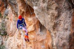 Le grimpeur accroche sur une corde images libres de droits