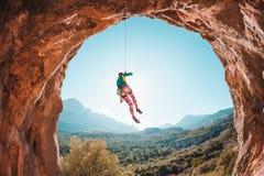 Le grimpeur accroche sur une corde Image libre de droits