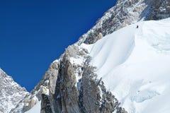 Le grimpeur atteint le sommet de la crête de montagne Succès, liberté et bonheur, accomplissement en montagnes Concept s'élevant  image libre de droits