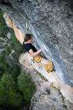 Le grimpeur de roche, athlète professionnel, s'élevant dans Siurana bascule, l'Espagne Sports extrêmes Images stock