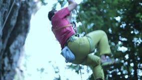 Le grimpeur masculin monte la corde banque de vidéos